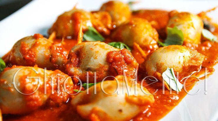 calamari-ripieni-ricetta-funghi-pomodori-stuffed-squid-recipe-tomato-puree-07-COVER-800x445.jpg